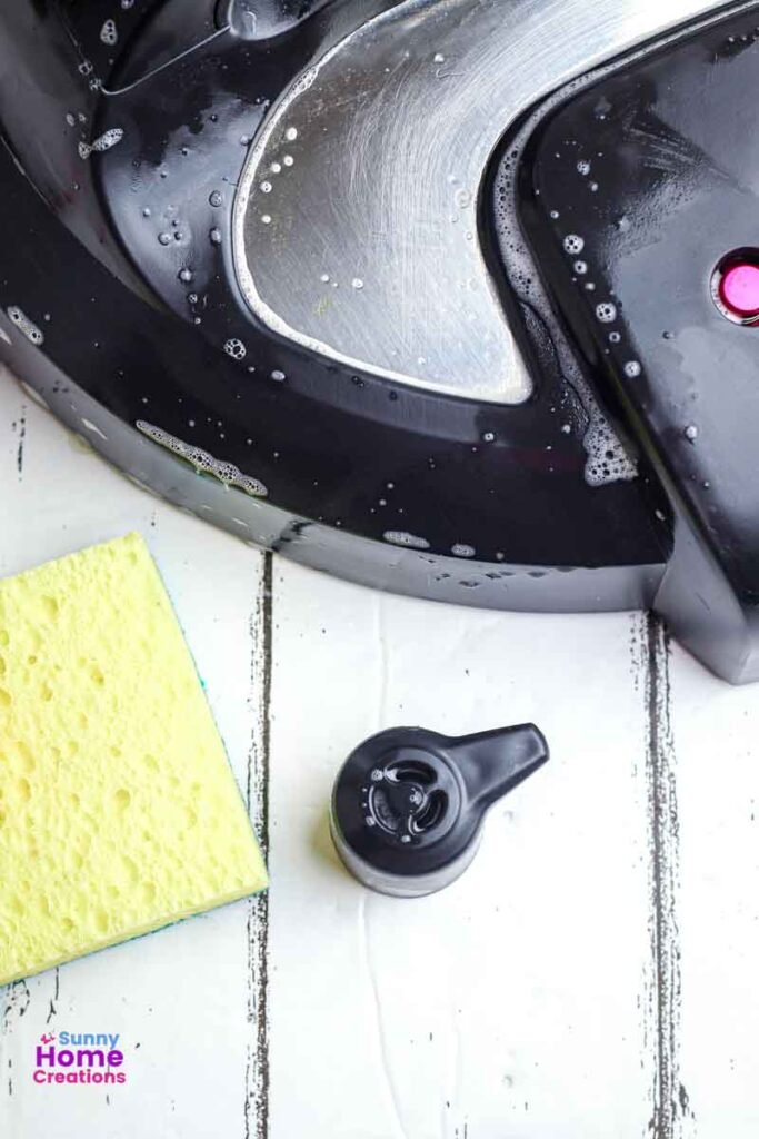 Soapy lid, sponge, and the quick release handle.